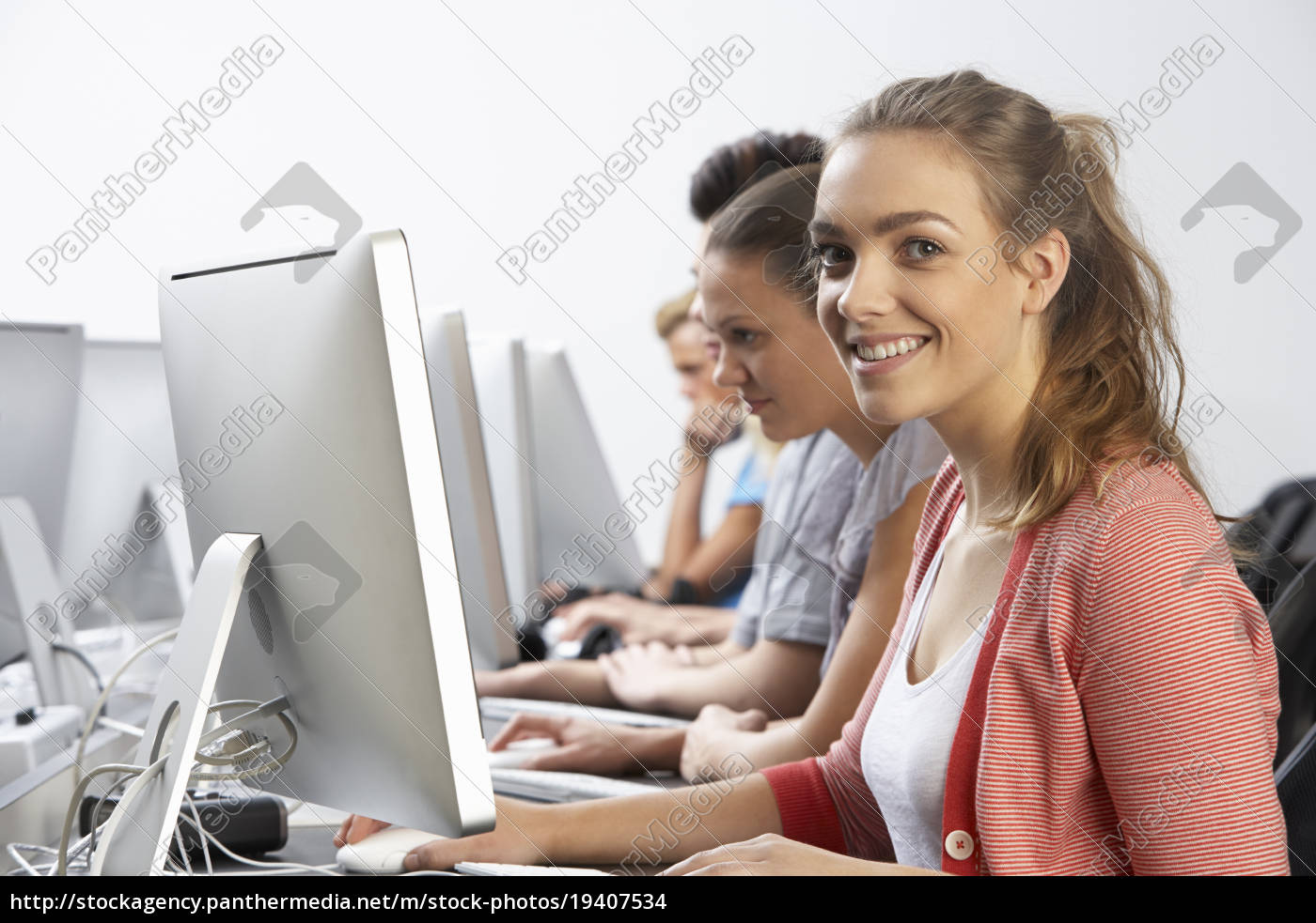 group, of, students, in, computer, class - 19407534