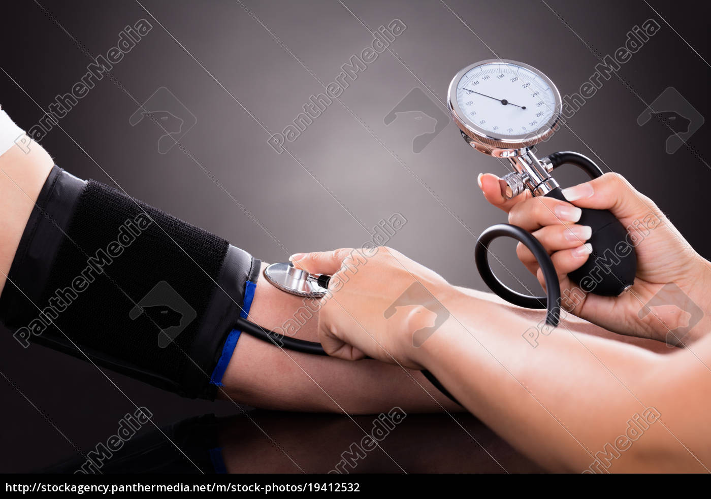 doctor, checking, blood, pressure, of, patient - 19412532
