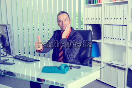 business, man, at, his, desk, with - 19421034