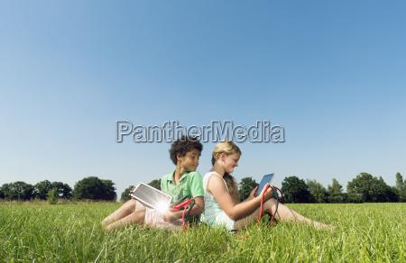 dziewczyna i chlopiec siedzi z powrotem