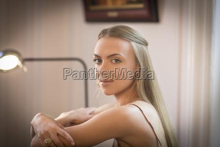 kvinde hjemme makrooptagelse naerbillede kvindelig portraet