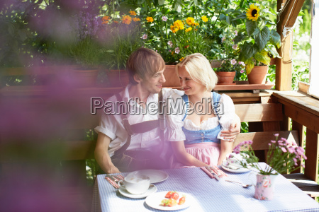 couple eating together outdoors