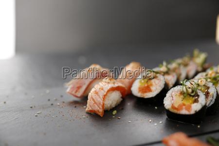 nigiri z wedzonym lososiem sushi klasyczne