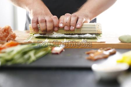 sushi master przygotowuje sushi w japonskiej