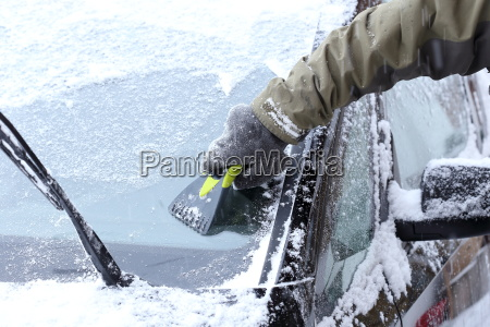 remove the windscreen from the ice