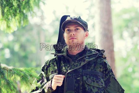 junger soldat oder jaeger mit gewehr