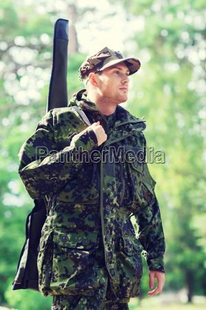 junge soldaten oder jaeger mit pistole