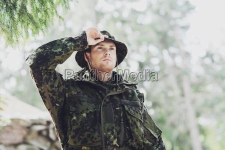junger soldat oder ranger im wald