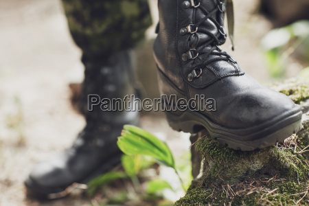 nahaufnahme von soldatenfuessen mit armeestiefeln im