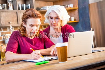 women usind laptop