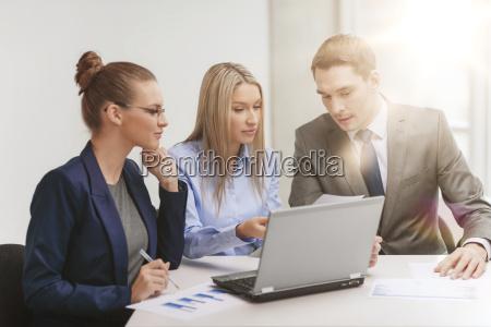 business team mit laptop mit diskussion