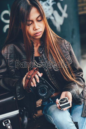 girl, holding, camera, and, vintage, light - 20108026