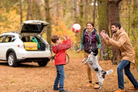 feliz familia jugando con la pelota