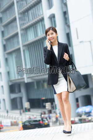 business, woman, talk, to, mobile, phone - 20116125