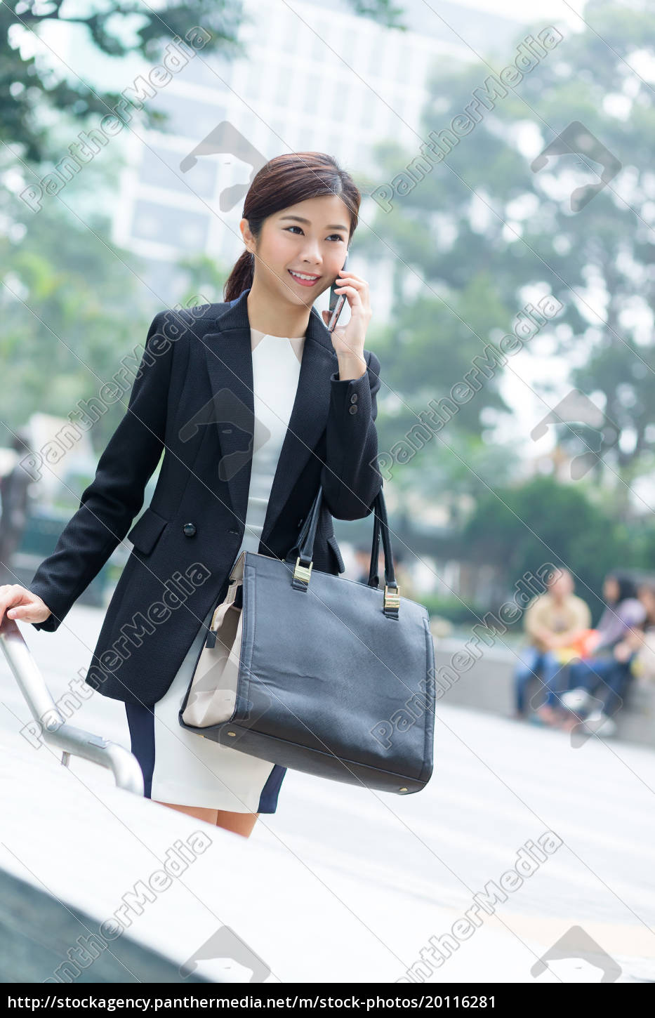 businesswoman, talking, to, mobile, phone - 20116281