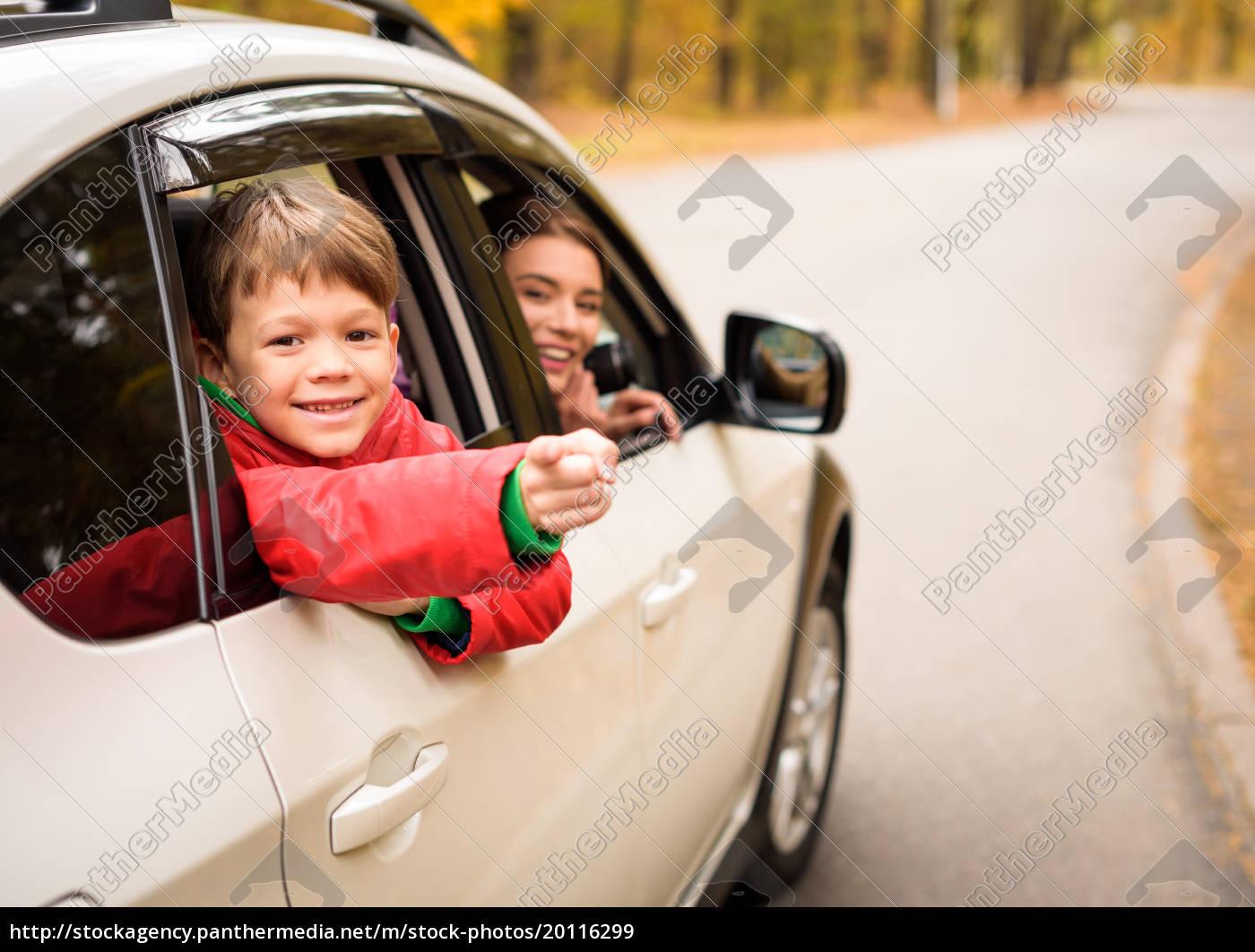 smiling, boy, looking, through, car, window - 20116299