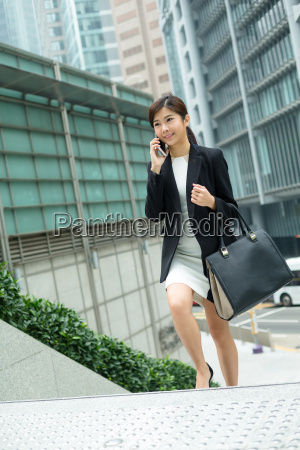 young, business, woman, chat, on, mobile - 20116185
