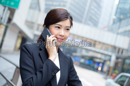 young, business, woman, chat, on, mobile - 20116219
