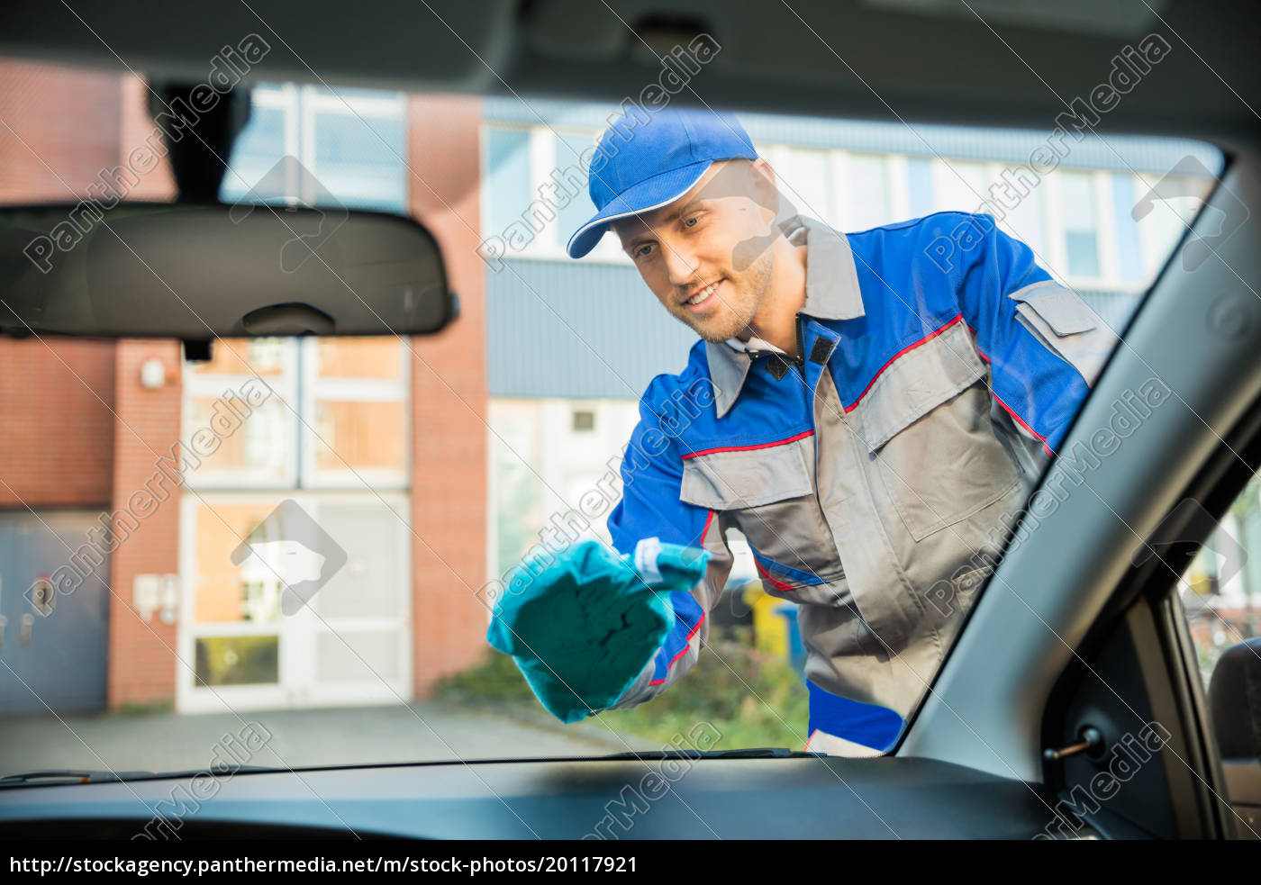 man, cleaning, car, window, with, cloth - 20117921
