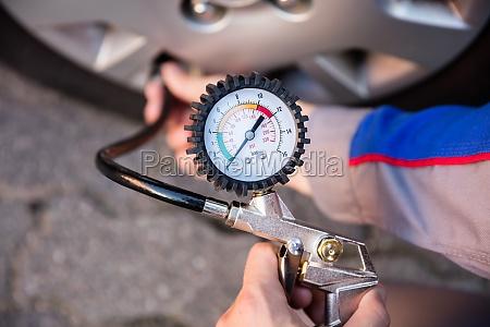 person, measuring, car, tyre, pressure - 20117917