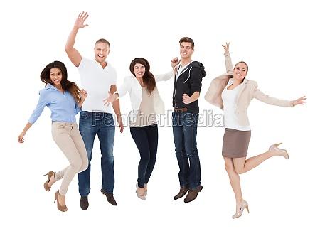 una gente emocionada frente al fondo