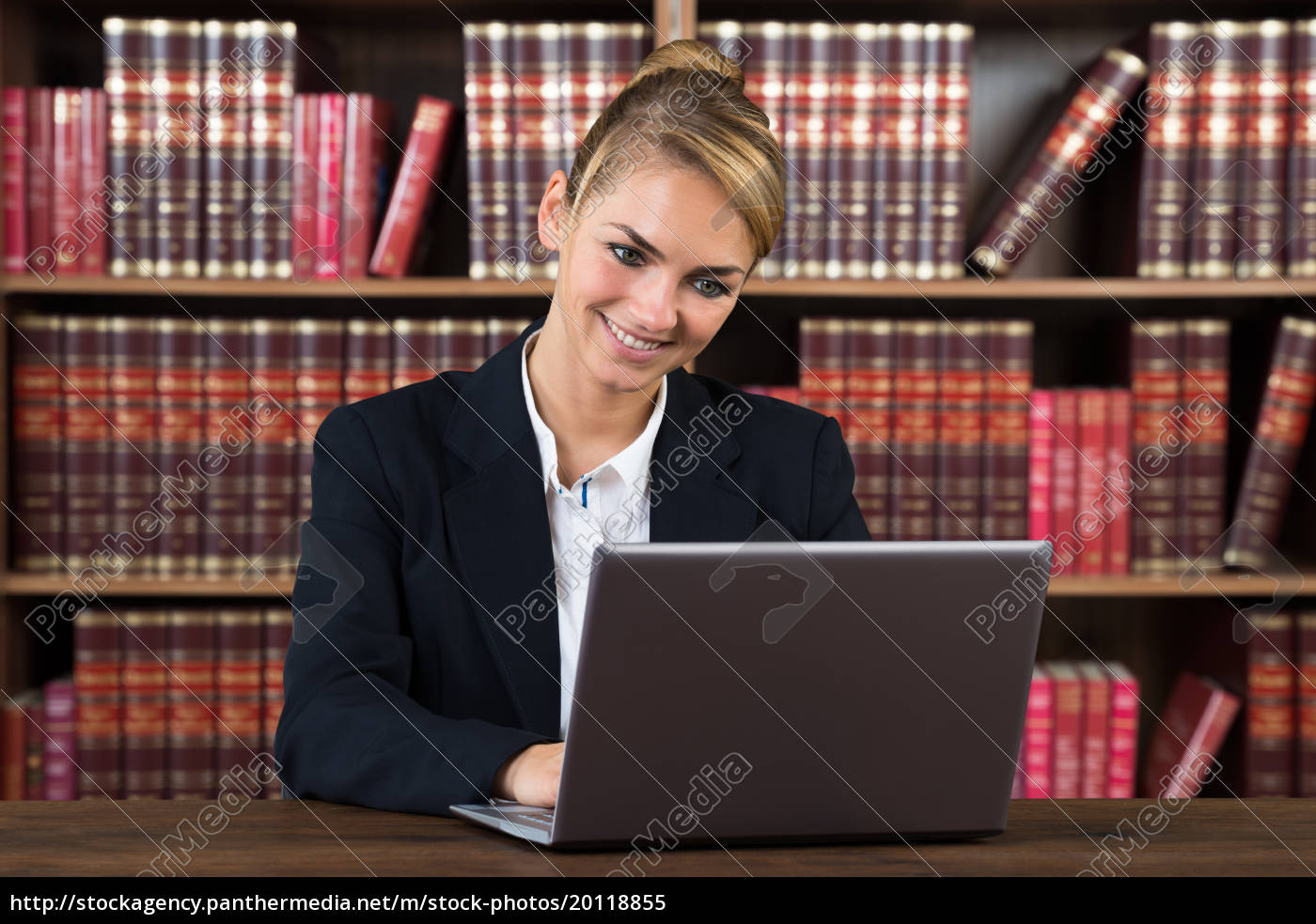 female, accountant, using, laptop, in, a - 20118855