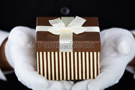 man's, presenting, small, gift - 20118943