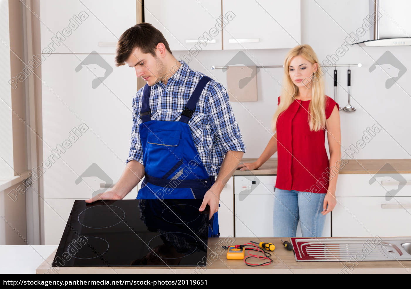 male, repairman, installing, induction, cooker, in - 20119651