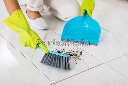 person, hand, using, broom, and, dustpan - 20119473
