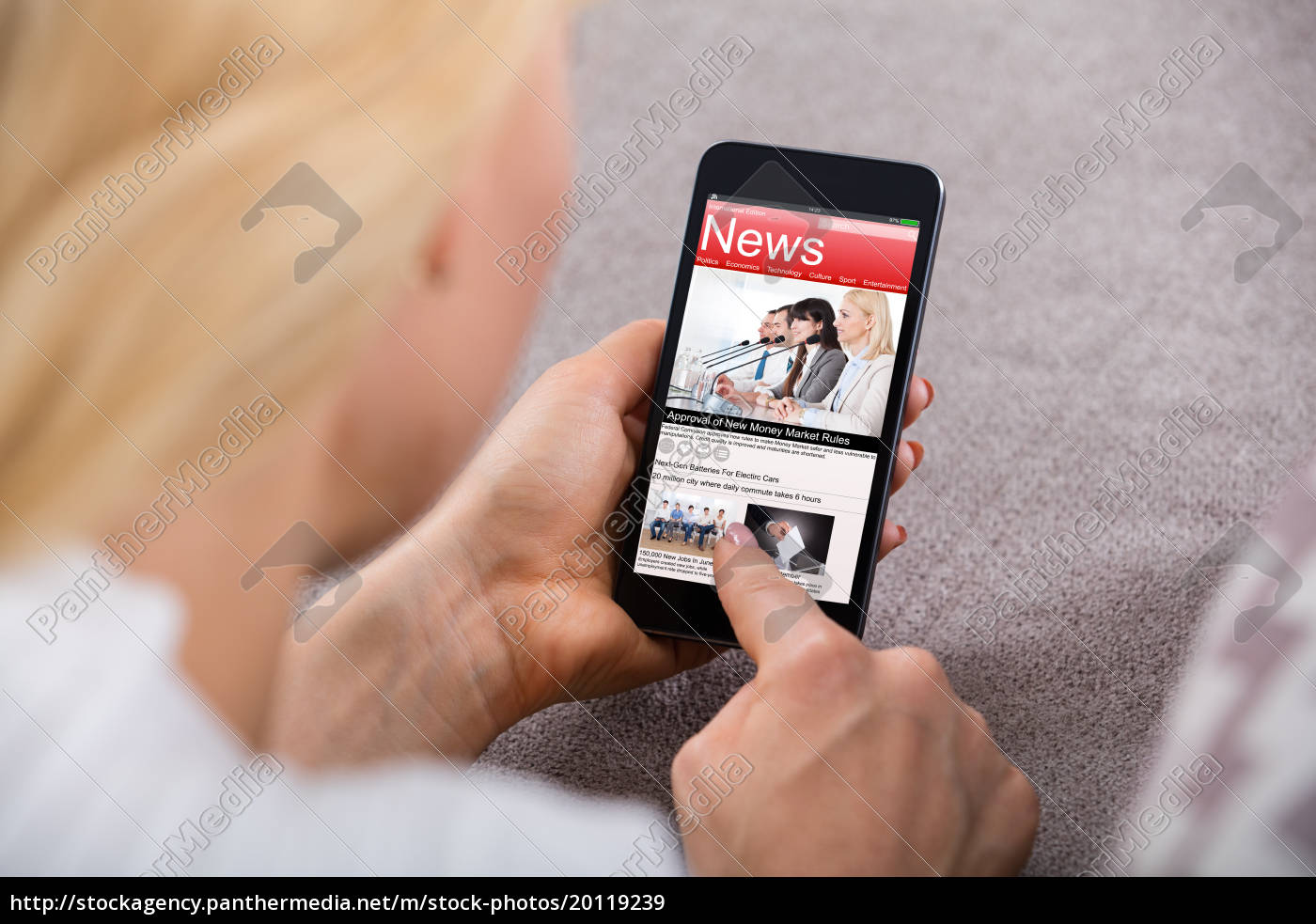 woman, reading, news, on, mobilephone - 20119239