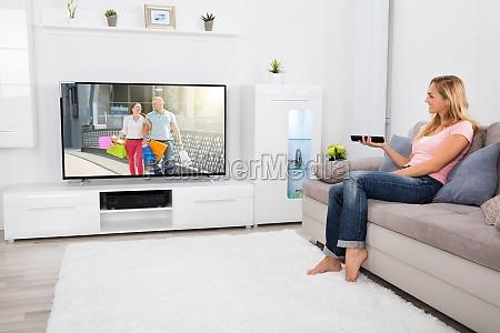woman, watching, television, at, home - 20119399