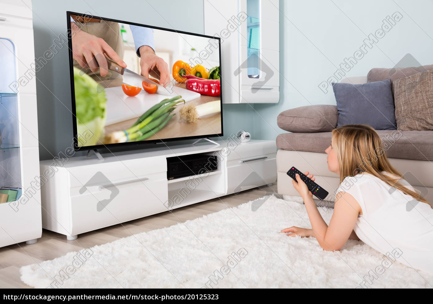 woman, watching, cooking, show, on, television - 20125323