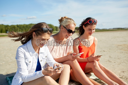 group, of, happy, women, with, smartphones - 20150745