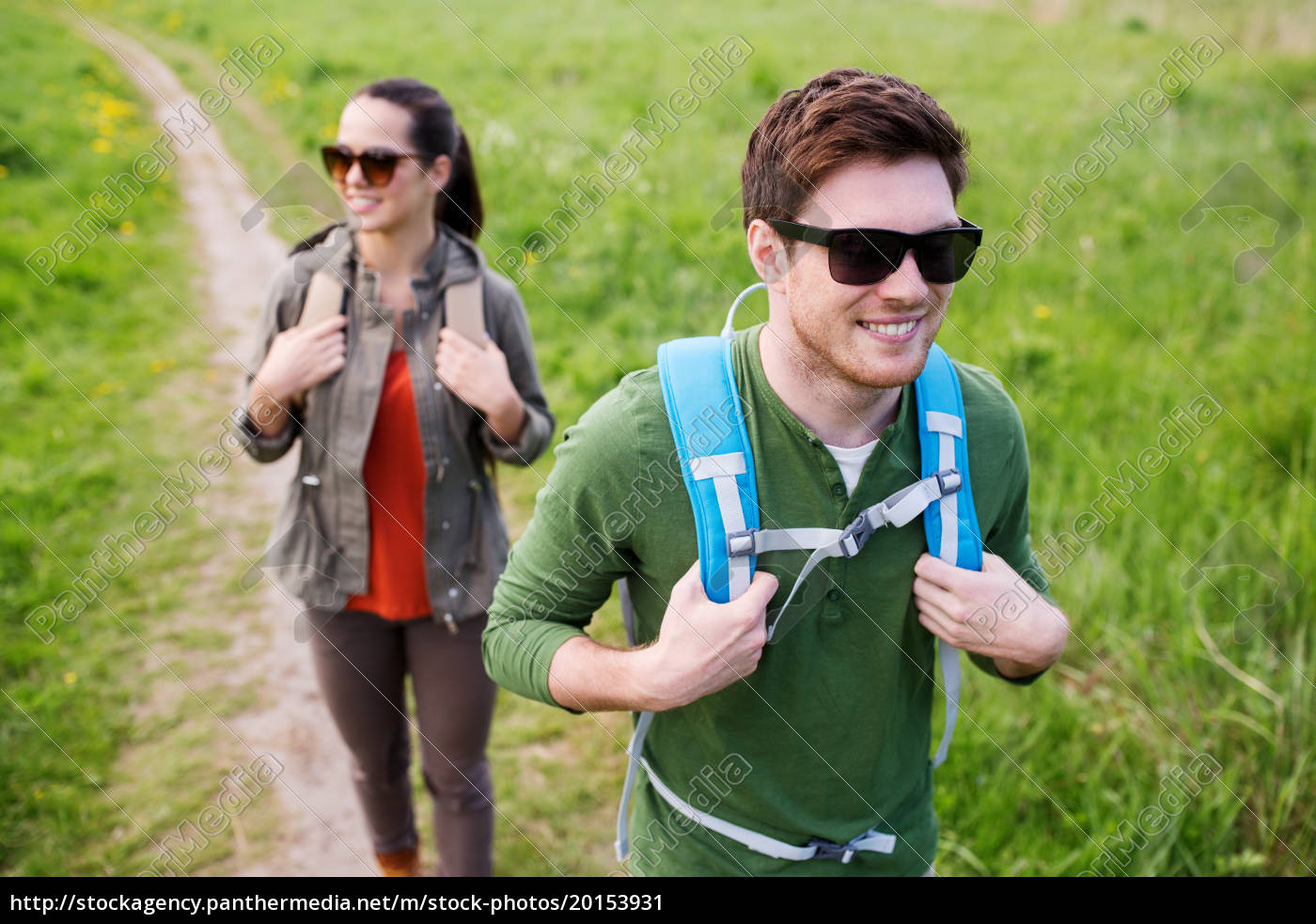happy, couple, with, backpacks, hiking, outdoors - 20153931
