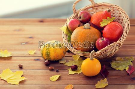 close, up, of, pumpkins, in, basket - 20154221
