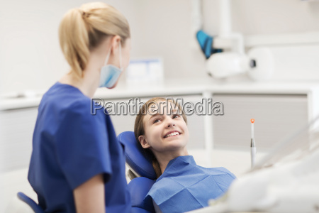 happy, female, dentist, with, patient, girl - 20154835