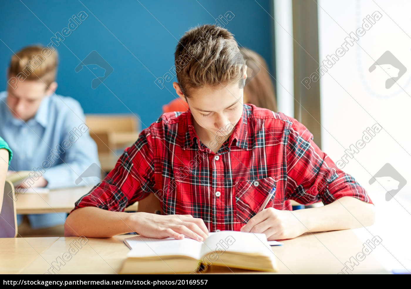 group, of, students, with, books, writing - 20169557
