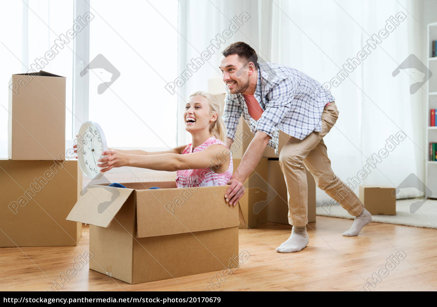 couple, with, cardboard, boxes, having, fun - 20170679