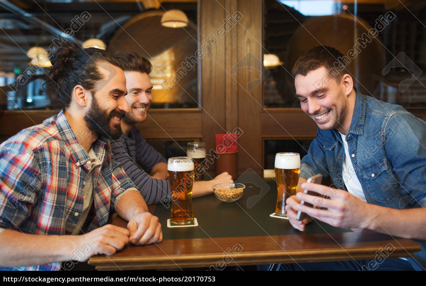 male, friends, with, smartphone, drinking, beer - 20170753
