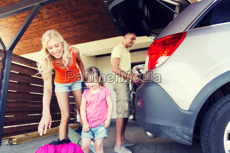 happy, family, packing, things, to, car - 20173185