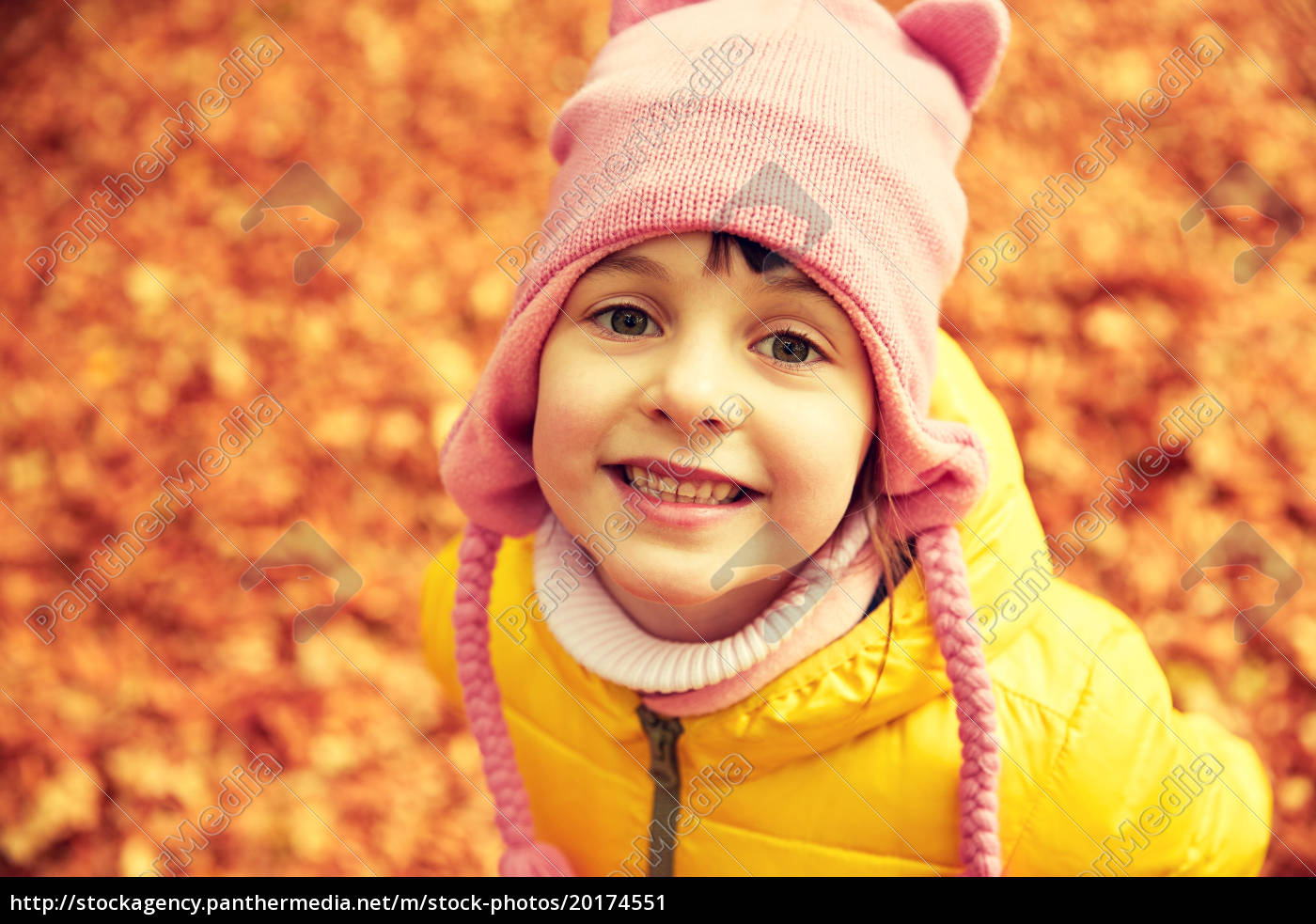 happy, little, girl, in, autumn, park - 20174551