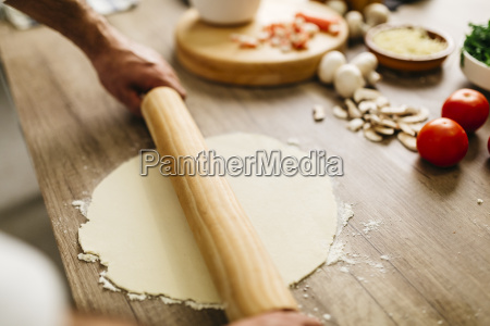 man preparing pizza
