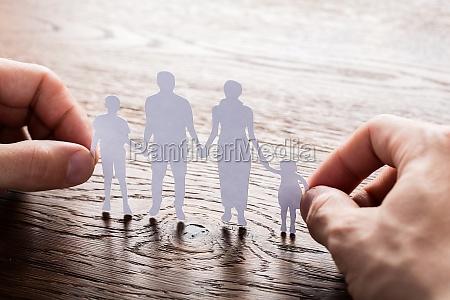 personen holding papier schnitt der familie