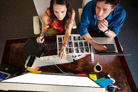 colegas que utilizan una almohadilla grafica