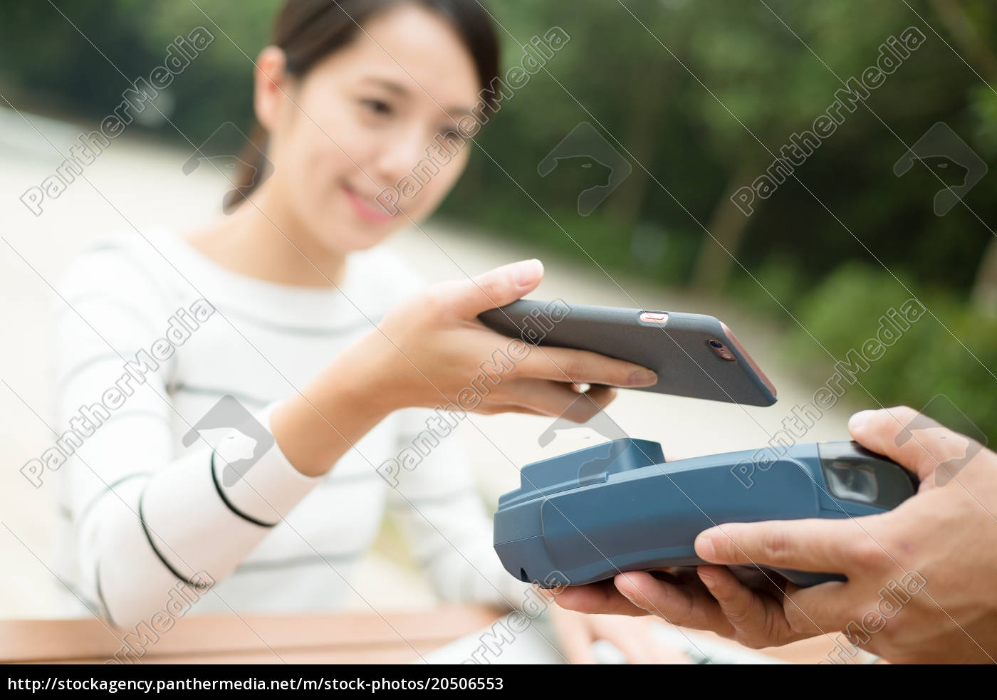 customer, paying, with, nfc, technology - 20506553