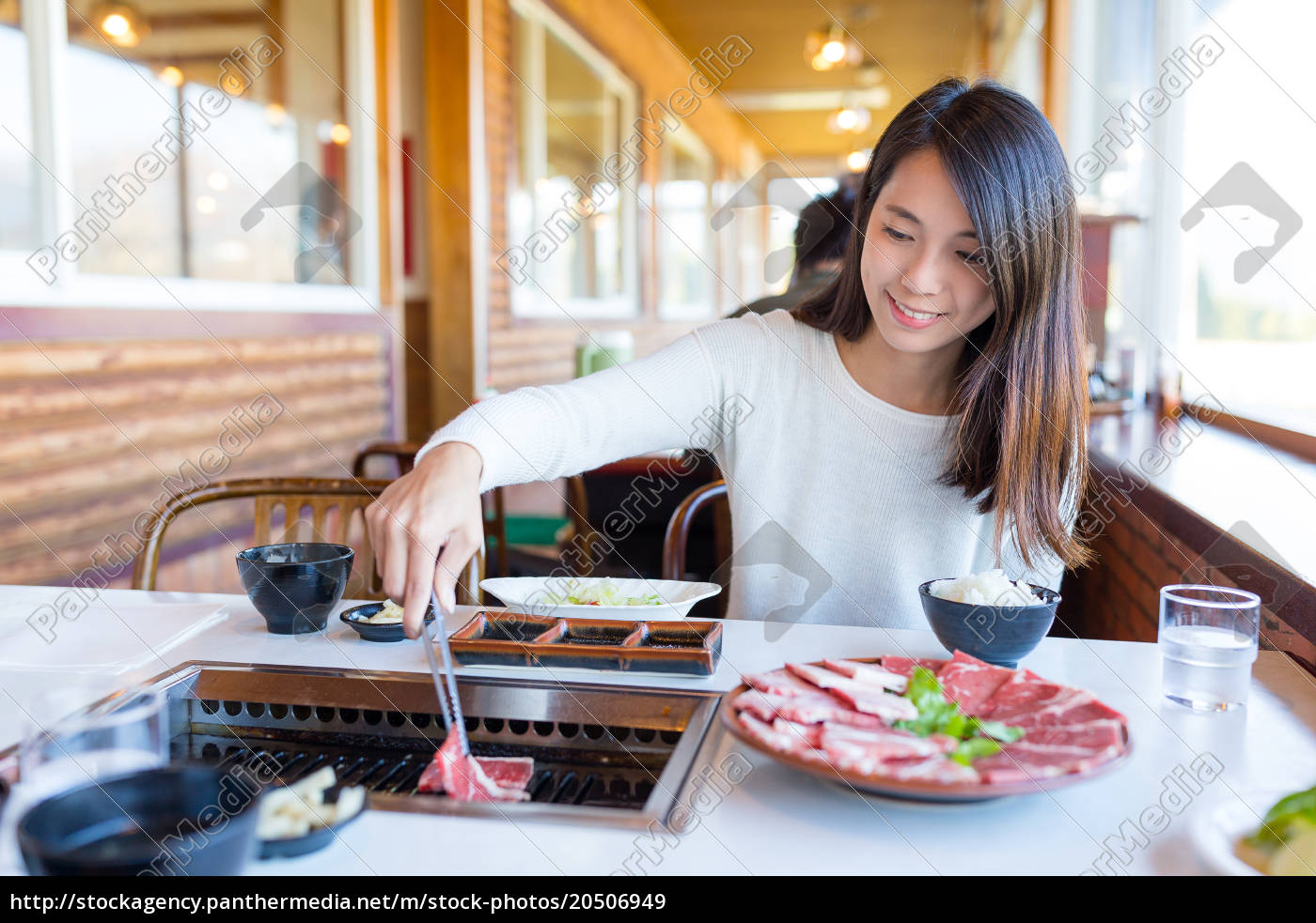 woman, eating, barbecue, beef, in, japanese - 20506949