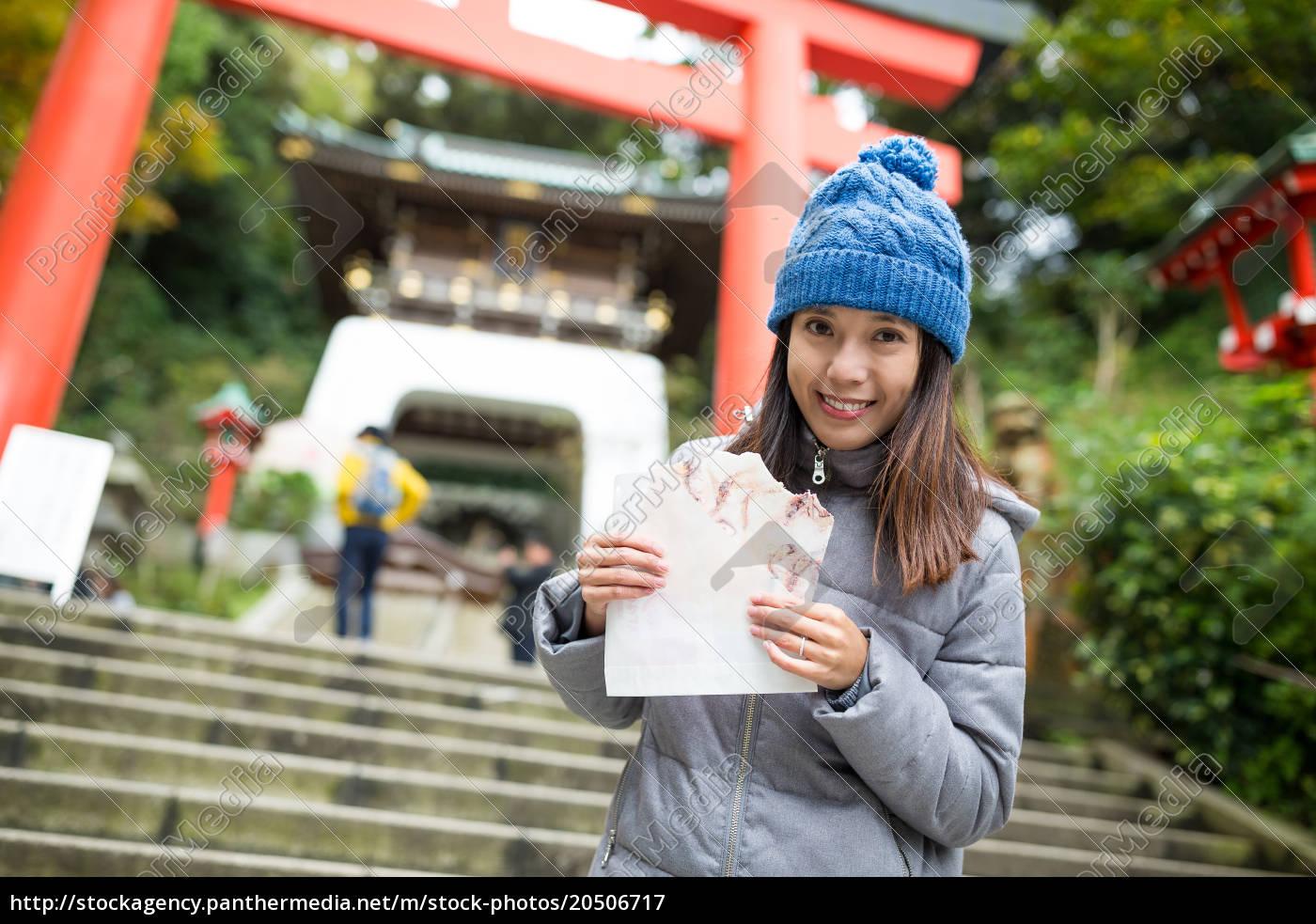 woman, having, snack, in, kamakura, city - 20506717