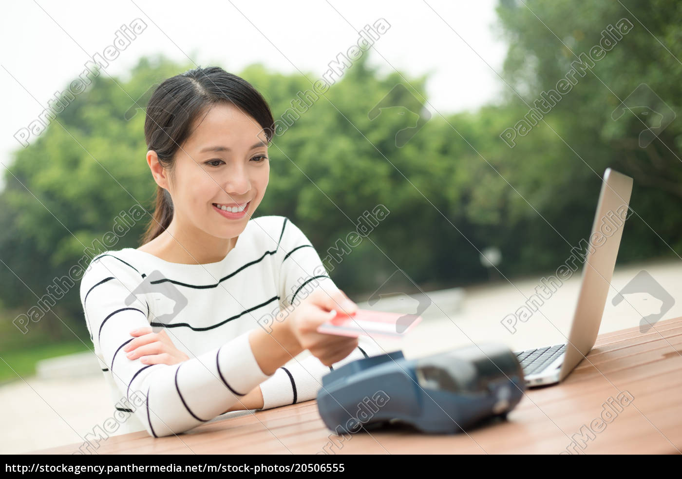 woman, paying, credit, card, in, pos - 20506555