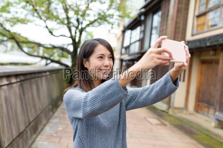 woman, take, photo, by, mobile, phone - 20506803