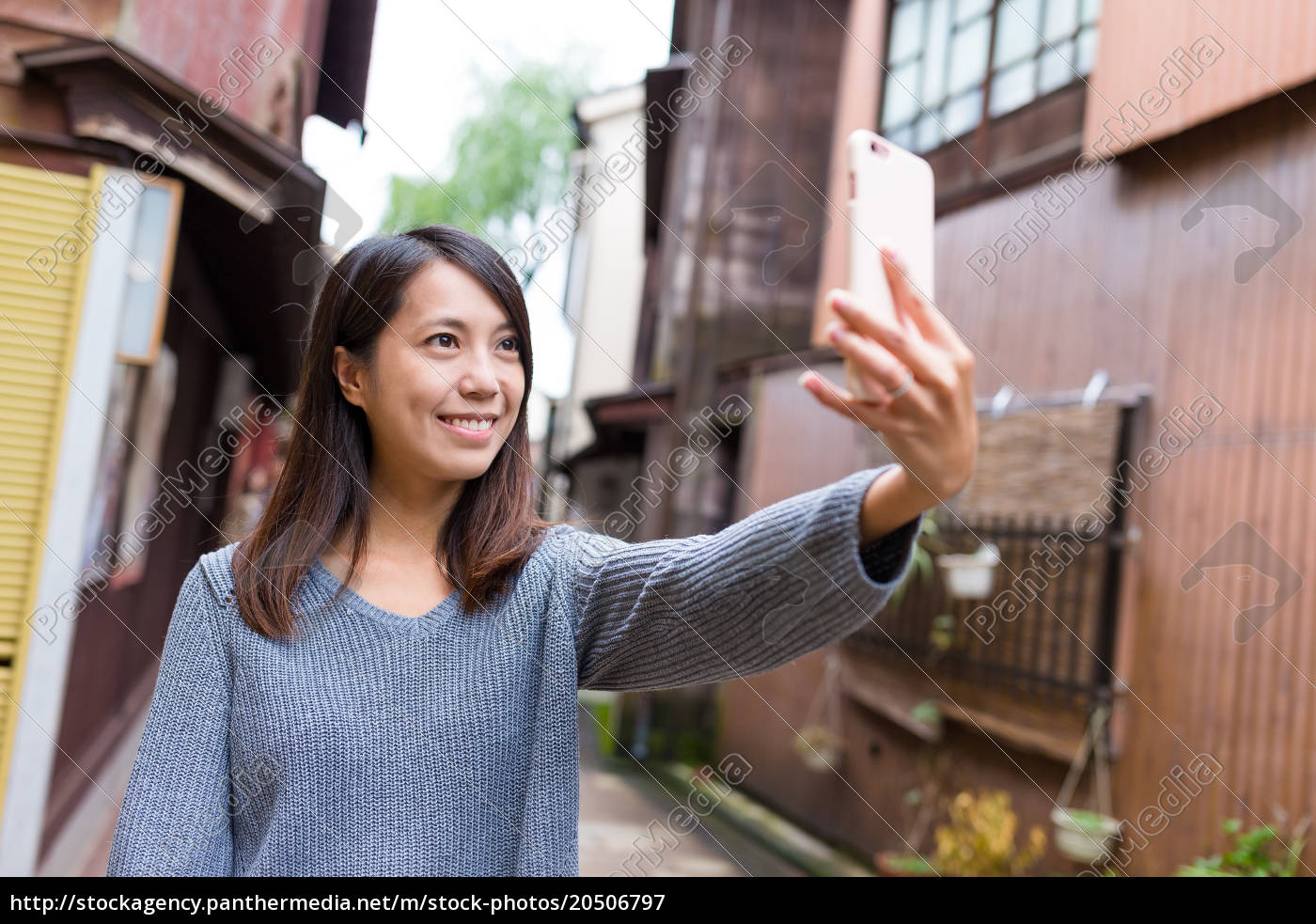 woman, taking, selfie, by, mobile, phone - 20506797